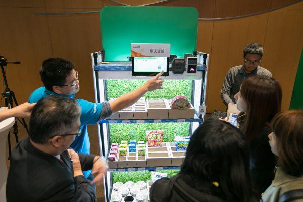 導覽員示範如何使用無人貨架,隨時把零食櫃填滿滿!